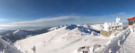 Sunny winter mountain landscape, ski resort Jasna, Tatras, Slovakia. View to the top of mountains. Blue sky and white snow, sport season Banque d'images