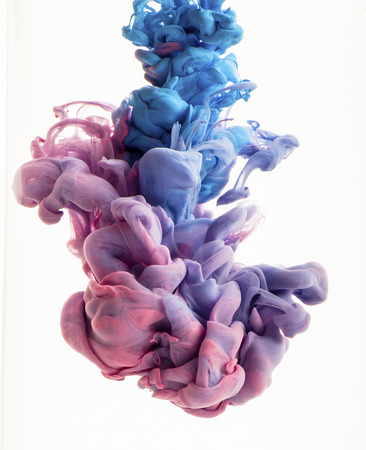 agua: Gota de color en el agua, fotografiado en movimiento. Remolino de la tinta en agua. Nube de tinta sedoso en el agua aislada en el fondo blanco. Tinta colorida en agua, gota de tinta. Movimiento de pintura en agua. Coloración del agua. Foto de archivo