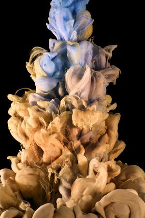 Kleur druppel vallen in het water creëren van een Color spread. Geïsoleerd op een witte achtergrond. Kleurrijke inkt druppel. Beweging van verf in het water. Aquarelleren. Stockfoto