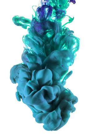 Vloeibaar Blauw Kleur inktdruppels onder water. Abstract artistieke foto, geïsoleerd op een witte achtergrond. Organische structuren. Stockfoto