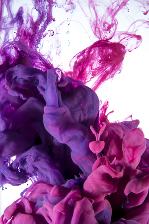 水の下で混合液体の色ドロップの抽象的な芸術的な写真。マゼンタの水の色は、白い背景で隔離のカラフルなブレンドです。