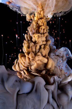 液色は、興味深い、ユニークな芸術的なデザインを作成する動的フローにドロップします。カラフルな色のトーンに水の混入します。分離 pn 黒背景 写真素材