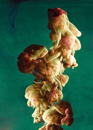 液色は、興味深い、ユニークな芸術的なデザインを作成する動的フローにドロップします。カラフルな色のトーンに水の混入します。