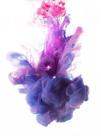 color in: color gota de líquido en flujo dinámico creando un diseño artístico interesante y único. los tonos de color de colores que se mezclan en el agua. Aislado en el fondo blanco. Foto de archivo