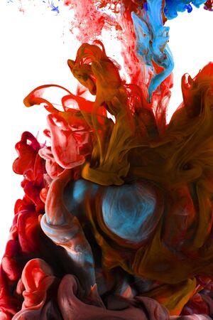 Vloeibare kleur daling van dynamische stroom creëren van interessante en unieke artistieke design. Kleurrijke kleurtinten mengen in het water. Geïsoleerd op een witte achtergrond.