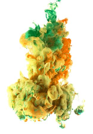 Warm inktdruppels van kleur spreiding en meng onder water. Kleurrijke abstracte rook wolk, geïsoleerd op een witte achtergrond.