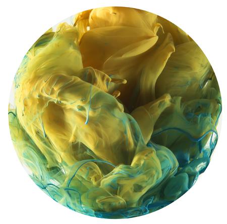 Coloud van kleuren. Geel en blauwe inkt het mengen van kleuren in groen in het midden. Uniek abstract ontwerp bijgesneden in cirkelvorm Stockfoto