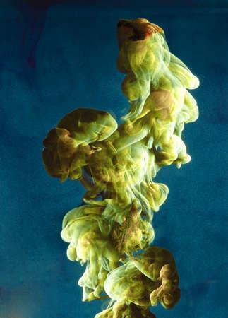 Vloeibare kleur daling van dynamische stroom creëren van interessante en unieke artistieke design. Kleurrijke kleurtinten mengen in het water.