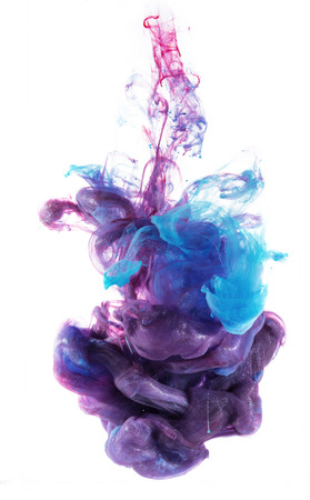 gota: Colores caen bajo el agua. Colores líquidos en la composición central. Aislado en el fondo blanco. Mezcla de colores azul y rosado en violeta. Estructuras orgánicas.