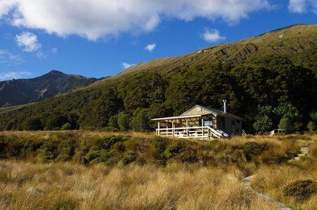 tramping: Green Lake tramping cespitosas caba�a en el valle, parque nacional de Fiordland, Nueva Zelanda
