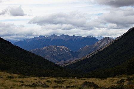 tramping: Vista desde Cass Cass sill�n hacia el valle, naranja tramping pista marcadores, Craigieburn Parque Forestal, cerca de Arthur's Pass, Alpes del Sur, Nueva Zelanda Foto de archivo