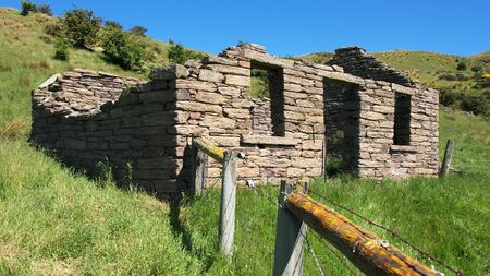 new zeland: Farmhouse ruin with walls built of schist stone, Taieri Ridge, Otago, New Zeland