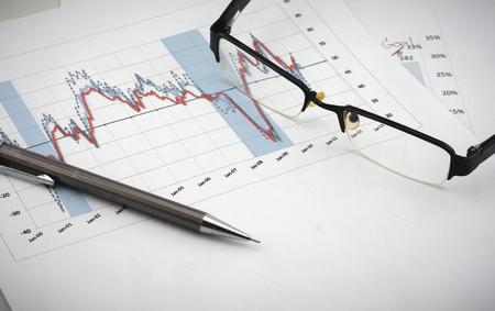 メガネと鉛筆: 解析のチャートと売り上げ高のグラフ-成功した企業