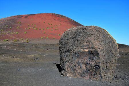 La grosse bombe de lave près du volcan rouge Montana Colorada à Lanzarote, Espagne. Banque d'images