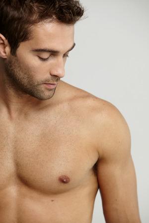 Shirtless 중반 성인 남자, 스튜디오를 내려다 보면서 스톡 콘텐츠
