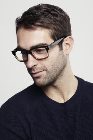 안경에 중반 성인 남자의 초상화