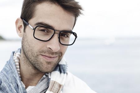 중순 성인 남자와 해변에서 안경의 초상화 스톡 콘텐츠