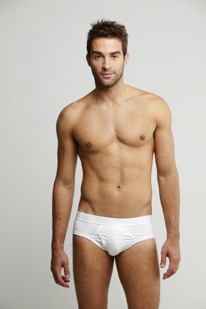 sin camisa: Retrato de hombre de mediana edad en calzoncillos, foto de estudio