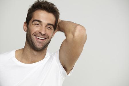 Medio volwassen man in t-shirt, lachen