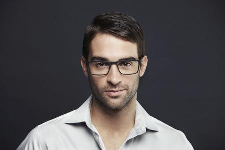 안경을 쓰고 중반 성인 남자의 초상화