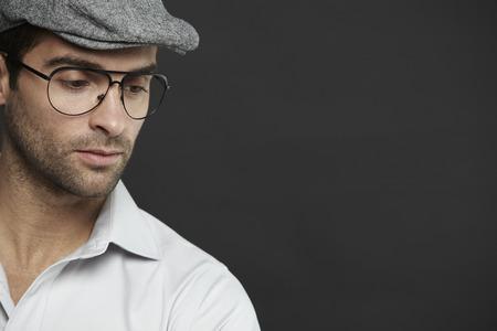 mid adult man: Hombre de mediana edad con gafas y sombrero, estudio de disparo