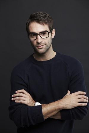 mid adult man: Retrato de hombre de mediana edad en gafas, estudio
