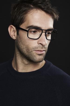 mid adult man: Retrato de hombre de mediana edad con gafas, mirando a otro lado