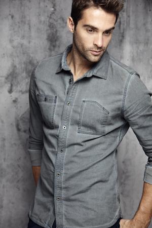 Porträt eines attraktiven Mannes