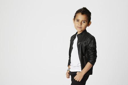 chaqueta de cuero: Muchacho en chaqueta de cuero en el estudio Foto de archivo