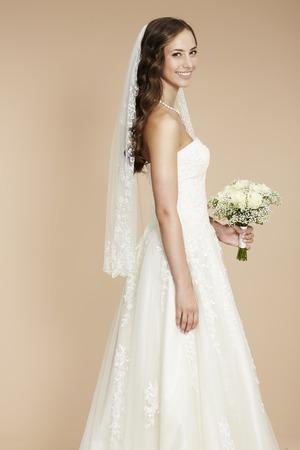 웨딩 드레스에 우아한 젊은 신부, 스튜디오 촬영 스톡 콘텐츠