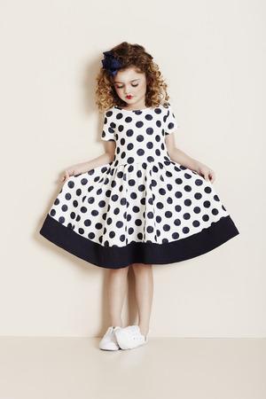 반점이있는 어린 소녀 드레스