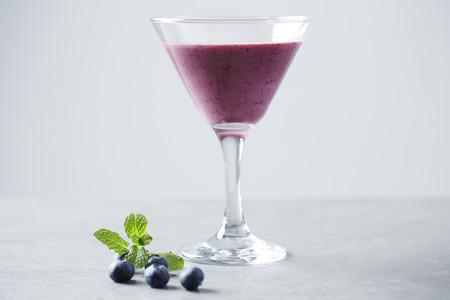 copa martini: Vidrio de Martini con batido de frutas, estudio Foto de archivo