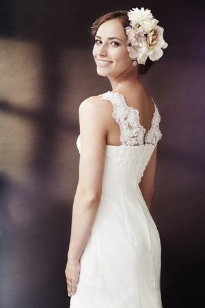 매력적인 젊은 신부 웨딩 드레스에 웃고