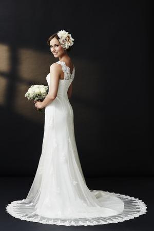 웨딩 드레스에 매력적인 젊은 신부 미소 스톡 콘텐츠