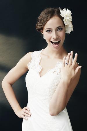 화려한 젊은 신부 보여주는 결혼 반지