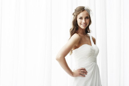 Young bride in wedding dress, studio shot Banque d'images