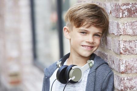 casual hooded top: Auriculares boy wearing, de cerca Foto de archivo