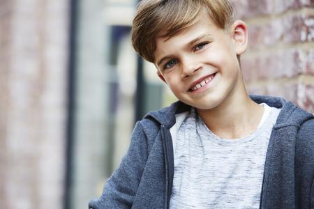 casual hooded top: Retrato de joven sonriente Foto de archivo
