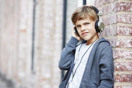 casual hooded top: Auriculares boy wearing, mirando a otro lado