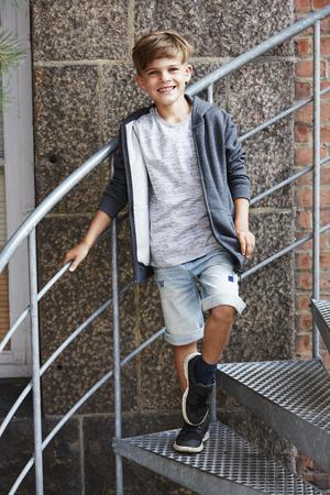 casual hooded top: Retrato de joven sonriendo a la c�mara, al aire libre