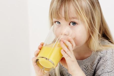 sediento: Joven beber jugo de naranja Sediento Foto de archivo