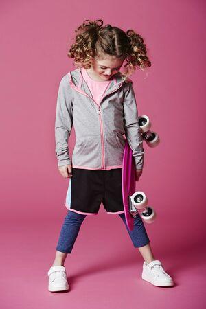 casual hooded top: Muchacha fresca joven patinadora mirando hacia abajo