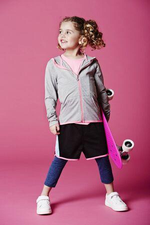 casual hooded top: Chica fresco del patinador que mira lejos