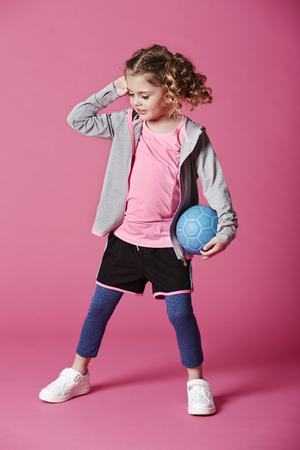 casual hooded top: Chica en ropa deportiva con bal�n de f�tbol