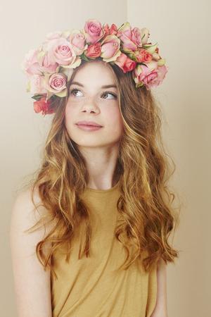 confirmacion: Ni�a de las flores en el vestido de confirmaci�n y el uso de las flores Foto de archivo