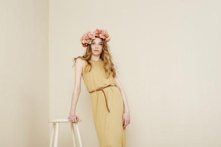 confirmacion: Ni�a de las flores en el vestido de confirmaci�n se coloca en estudio Foto de archivo