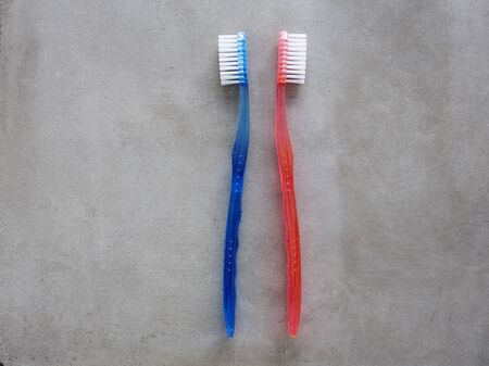grijze achtergrond: toothbrushes against gray background