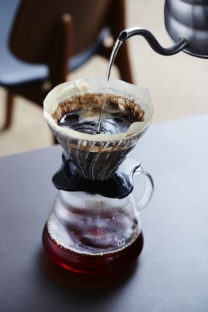 커피 메이커에 뜨거운 물 붓기
