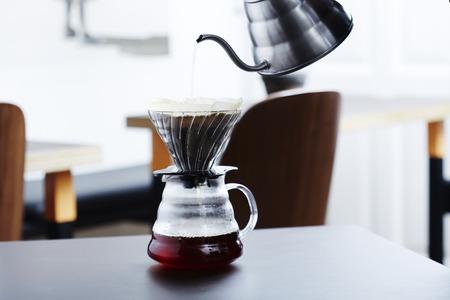 Heißes Wasser in Kaffeemaschine im Morgen