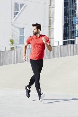 ropa deportiva: El activar del hombre en ropa deportiva Foto de archivo